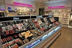 Produits de maquillage chez Beauty Success proposant parapharmacie, parfumerie et soins de beaute dans le centre commercial La Salanca de Claira (credits photos : EDV-Stephane Delchambre)
