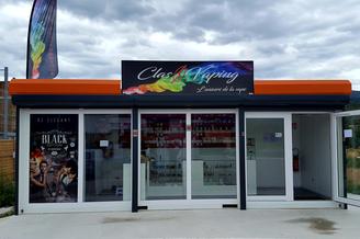 ClassVaping Prades vend des cigarettes électroniques, des e-liquides et du matériel pour vapoter dans le centre commercial Super U sur le parking de Weldom.