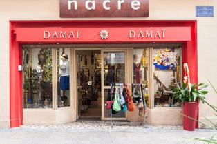 Damaï Perpignan propose des vêtements Femme, des objets artisanaux: bijoux, déco provenant de Bali, du Népal ou d'Inde (® SAAM - aGuje)