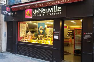 de Neuville Perpignan vend des chocolats, des dragées, des variétés différentes de chocolats et de formats différents dans la boutique de chocolatier en centre-ville