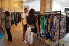 Dress and Coffee Perpignan est un vide-dressing avec des vêtements d'occasion et un espace salon de thé