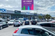 Espace Le Crest à Claira propose de nombreux commerces et des bureaux d'affaires, face au centre commercial Carrefour Salanca