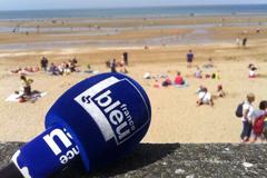 France Bleu Roussillon diffuse l'emission Les Pieds dans l'eau en direct d'une plage en été (® radio france)