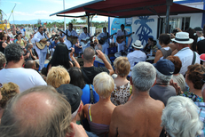 France Bleu Roussillon propose l'émission Les pieds dans l'eau en direct sur une plage pendant l'été, ici à Sainte Marie la Mer (® radio france)