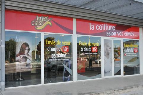 Vitrine du salon de coiffure Interclass dans l'Espace Sud de Latour Bas Elne (credits photos : EDV-Stephane Delchambre)