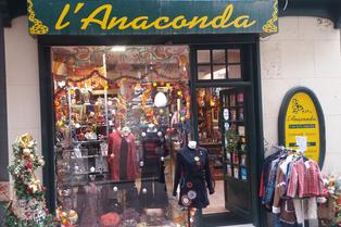 L'Anaconda Perpignan vend des bijoux, des vêtements du monde, des objets déco, des minéraux et cristaux et de nombreuses idées cadeaux.(® SAAM-david Gontier)