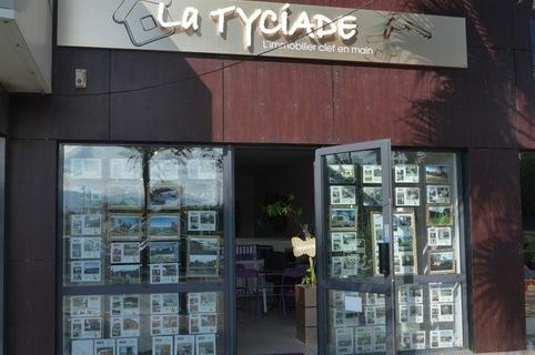 Devanture de l'agence immobilière La Tyciade dans la ville de Saint Cyprien (credits photos : EDV-S.Delchambre)
