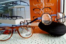 Opticadom 66 Opticien à domicile Perpignan propose un grand choix de montures en boutique et lors de ses rendez-vous à domicile, solaires compris (® networld-david gontier)