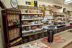 Boutique pour Vapoteurs Perpignan Oxygène Cabestany avec une station de Refill de e-liquides pour acheter des e-liquides moins cher à Perpignan (® SAAM-S.Delchambre)