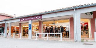 Saint-Clair Elne vend des vêtements féminins et masculins ainsi que divers accessoires de mode et des chaussures dans le centre commercial Epicentre. (® networld-bruno Aguje)