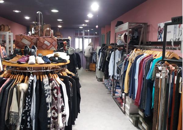 ded95f510fb ... femmes et hommes au centre Saint-Clair Elne vend des accessoires de mode  et des vêtements de marques au centre Boutique ...