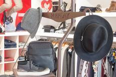 Saint-Clair Elne vend des accessoires de mode pour hommes et des vêtements de marques au centre commercial Epicentre d'Elne (® networld-bruno Aguje)