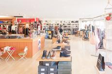Saint-Clair Elne vend des chaussures et des accessoires de mode comme des sacs, bijoux, ceintures au centre commercial Epicentre (® networld-bruno aguje)