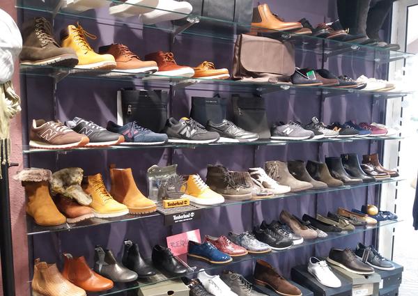 5d0304b0633 ... Saint-Clair Elne vend des chaussures et des accessoires de mode comme  des sacs