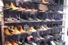 Saint-Clair Elne vend des chaussures et des accessoires de mode comme des sacs, bijoux, ceintures au centre commercial Epicentre