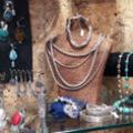 Anaconda Perpignan vend des bijoux ethniques en argent,ambre et pierres semi-précieuses.(® networld-Gontier)