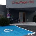Chauffage 66 Perpignan chauffagiste propose une place PMR devant son atelier-boutique pour faciliter le stationnement des personnes à mobilité réduite.(® networld-gontier)