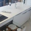 Cuisaline Perpignan propose des plans de travail Acryl pour votre cuisine permettant un entretien facile et une hygiène optimale.(® cuisaline)