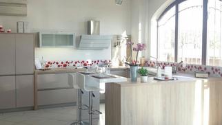 Trouvez votre cuisine équipée à Perpignan chez Cuisaline avec de nombreux modèles de cuisines et d'électroménager à découvrir en magasin.(® networld-gontier)