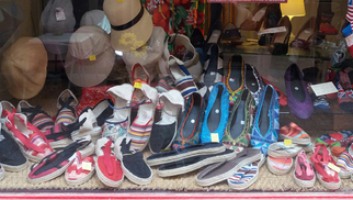 Damaï Perpignan vend des espadrilles catalanes vigatanes en boutique.