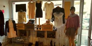 Trouvez des vêtements Femme pas chers à Perpignan chez Dress and Coffee, un vide-dressing dédié aux femmes avec chaussures et accessoires de mode.