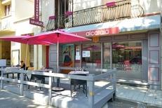 Devanture et terrasse du restaurant Al Catala dans la ville de Céret (credits photos:networld-Stephane Delchambre)