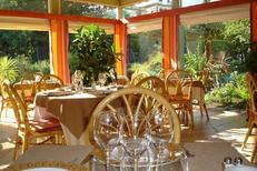 Salle et la vue jardin du restaurant gastronomique Le Yucca dans le Parc Ducup de Perpignan