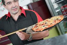 Pizza sortie du four de la pizzeria Pizza Aldo de Perpignan sur le boulevard Aristide Briand. (credits photos :EDV-Laurent Nyilasi)