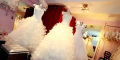 robe de mariée perpignan 66 dans une boutique de mariage avec des robes de mariage (® SAAM-fabrice Chort)